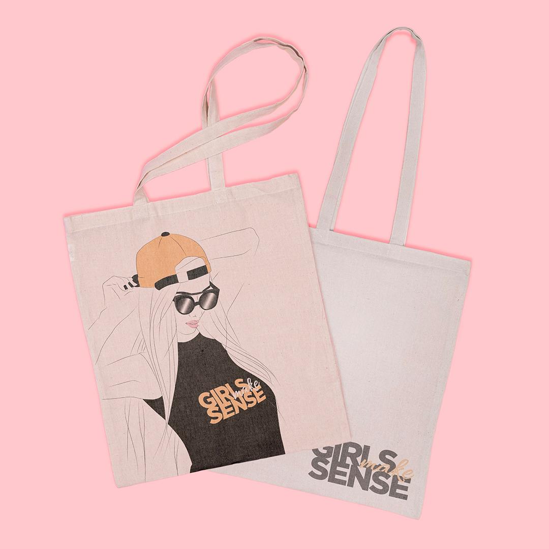 Le totebag des Girlsmakesense, un sac pratique à amener partout avec les illustrations du collectif et son logo.
